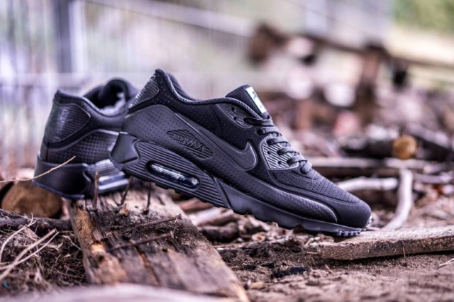 nike-air-max-90-ultra-moire-triple-black-1